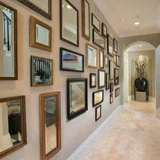 マイアミのエクレクティックスタイルのおしゃれな廊下 (ベージュの壁、トラバーチンの床、ベージュの床) の写真