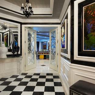 Idées déco pour un couloir contemporain de taille moyenne avec un sol en carrelage de porcelaine, un sol multicolore et un mur multicolore.