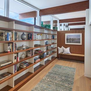Idée de décoration pour un couloir vintage de taille moyenne avec un sol en bois clair et un sol beige.