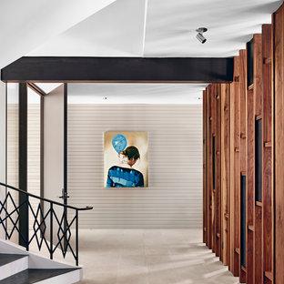 オースティンの広いコンテンポラリースタイルのおしゃれな廊下の写真