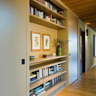 Esempio di un grande ingresso o corridoio minimal con pavimento in legno massello medio, pareti beige e pavimento giallo