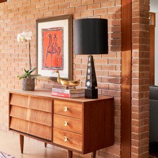 オースティンの小さいミッドセンチュリースタイルのおしゃれな廊下 (オレンジの壁、コルクフローリング、茶色い床) の写真