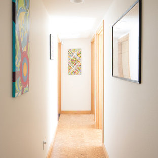 Idée de décoration pour un couloir vintage de taille moyenne avec un mur blanc, un sol en liège et un sol beige.