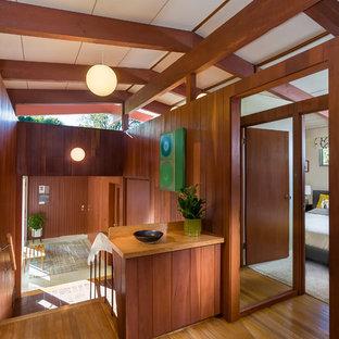 Неиссякаемый источник вдохновения для домашнего уюта: коридор в стиле ретро с паркетным полом среднего тона