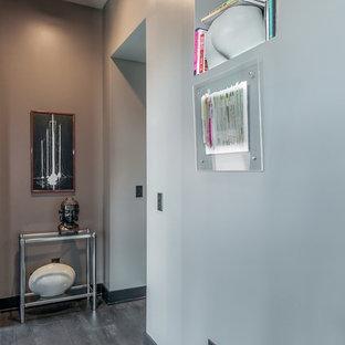 Idéer för små funkis hallar, med grå väggar och mörkt trägolv