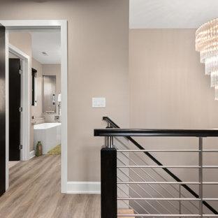 Источник вдохновения для домашнего уюта: маленький коридор в современном стиле с бежевыми стенами, полом из ламината и серым полом