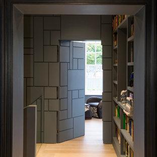 Idéer för att renovera en funkis hall, med grå väggar och ljust trägolv