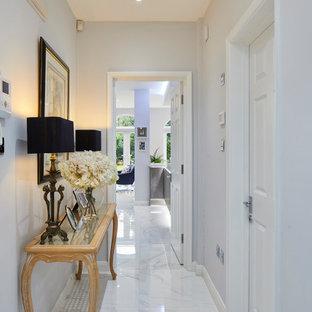 Idées déco pour un petit couloir contemporain avec un mur gris, un sol en carrelage de porcelaine et un sol blanc.