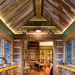 Idéer för en rustik hall, med gröna väggar och mellanmörkt trägolv