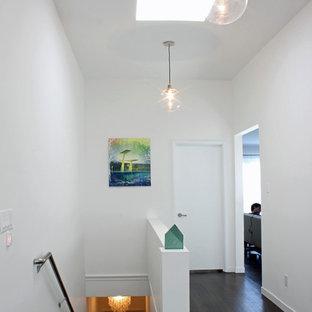 Modelo de recibidores y pasillos minimalistas con paredes blancas