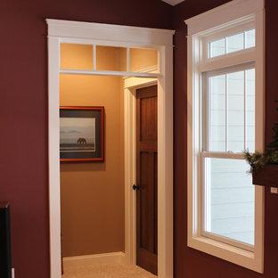Inspiration pour un couloir craftsman de taille moyenne avec un mur rouge et moquette.