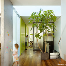 Modern Hall by INTERSTICE Architects Inc.