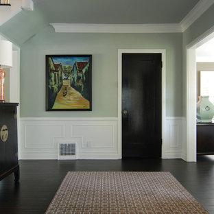 ロサンゼルスのトラディショナルスタイルのおしゃれな廊下 (青い壁、黒い床) の写真