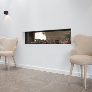 ヒューストンの中サイズのコンテンポラリースタイルのおしゃれな廊下 (セラミックタイルの床、白い壁、ベージュの床) の写真