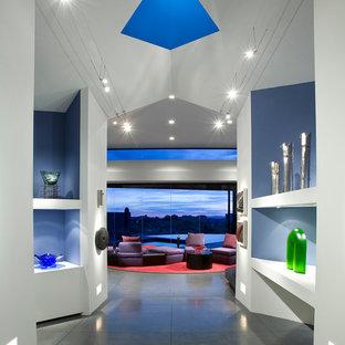 Superior Inspiration Pour Un Grand Couloir Design Avec Béton Au Sol, Un Sol Gris Et  Un