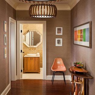 Foto på en mellanstor eklektisk hall, med beige väggar, mellanmörkt trägolv och brunt golv
