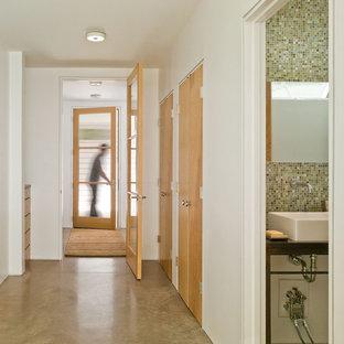Réalisation d'un couloir champêtre de taille moyenne avec béton au sol, un mur blanc et un sol beige.