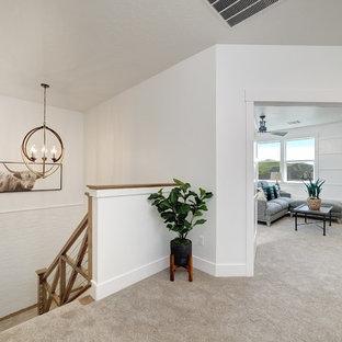 Inspiration för mellanstora lantliga hallar, med vita väggar, heltäckningsmatta och beiget golv