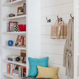 Inspiration för små lantliga hallar, med vita väggar, ljust trägolv och beiget golv