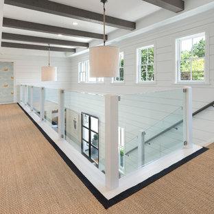 Идея дизайна: большой коридор в морском стиле с белыми стенами и деревянным полом