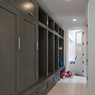 Idée de décoration pour un petit couloir avec un mur blanc et un sol en carrelage de céramique.