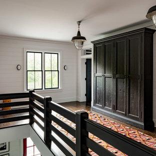 Inspiration för en stor lantlig hall, med vita väggar, mörkt trägolv och brunt golv