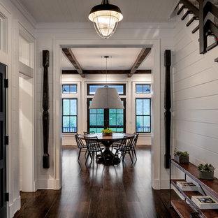 Diseño de recibidores y pasillos de estilo de casa de campo, grandes, con paredes blancas, suelo de madera oscura y suelo marrón