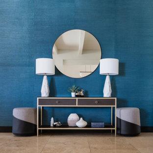 フェニックスのコンテンポラリースタイルのおしゃれな廊下 (青い壁、トラバーチンの床) の写真