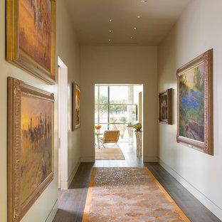 オースティンの巨大なミッドセンチュリースタイルのおしゃれな廊下 (ベージュの壁、磁器タイルの床) の写真