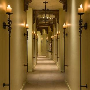 フェニックスの巨大なモダンスタイルのおしゃれな廊下 (ベージュの壁、セラミックタイルの床) の写真
