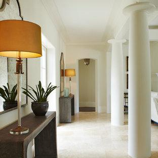 Idéer för att renovera en mellanstor funkis hall, med beige väggar, kalkstensgolv och beiget golv
