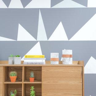 Modelo de recibidores y pasillos papel pintado, minimalistas, de tamaño medio, con paredes multicolor, suelo de madera en tonos medios, suelo marrón y papel pintado