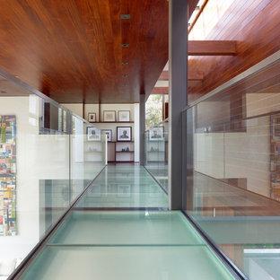 Réalisation d'un couloir design de taille moyenne avec un sol turquoise.
