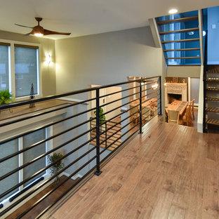 Diseño de recibidores y pasillos minimalistas, de tamaño medio, con paredes grises y suelo de bambú