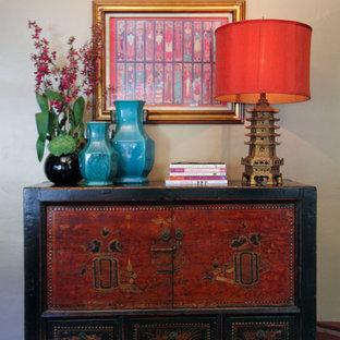 Diseño de recibidores y pasillos de estilo zen, de tamaño medio, con paredes beige, suelo de baldosas de terracota y suelo rojo