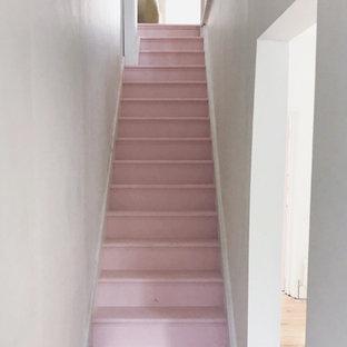 Foto de recibidores y pasillos bohemios, de tamaño medio, con paredes blancas, suelo de madera pintada y suelo rosa