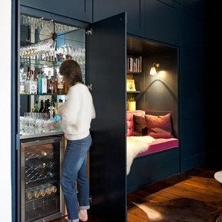 ケントのトラディショナルスタイルのおしゃれな廊下 (濃色無垢フローリング、青い壁) の写真