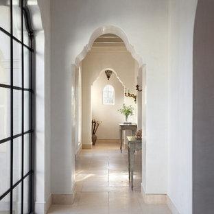 Стильный дизайн: коридор в средиземноморском стиле с белыми стенами и белым полом - последний тренд