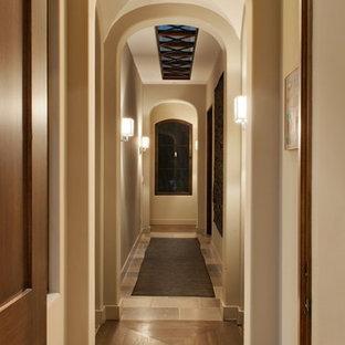 サンタバーバラの広い地中海スタイルのおしゃれな廊下 (白い壁、トラバーチンの床) の写真