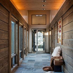 他の地域のラスティックスタイルのおしゃれな廊下 (茶色い壁、スレートの床、グレーの床) の写真