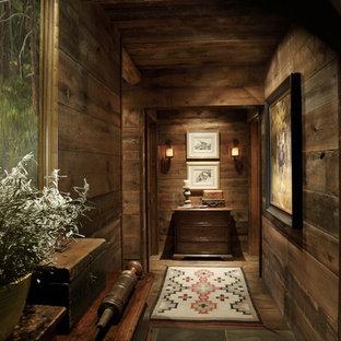 Imagen de recibidores y pasillos rurales con paredes marrones