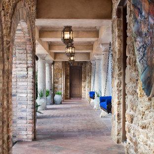 Ispirazione per un ampio ingresso o corridoio mediterraneo con pareti beige, pavimento marrone e pavimento in terracotta
