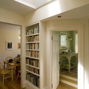 Esempio di un ingresso o corridoio tradizionale con pareti beige, pavimento in legno massello medio e pavimento giallo