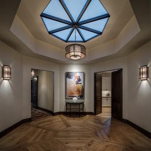 Inspiration för mellanstora moderna hallar, med beige väggar och mellanmörkt trägolv