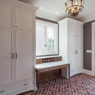 Свежая идея для дизайна: коридор в классическом стиле с коричневыми стенами, кирпичным полом и красным полом - отличное фото интерьера