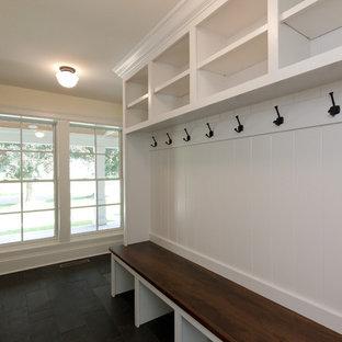 Неиссякаемый источник вдохновения для домашнего уюта: коридор среднего размера в стиле кантри с желтыми стенами, полом из сланца и черным полом
