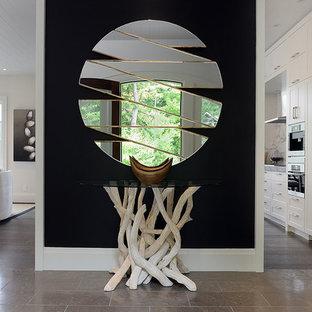 Выдающиеся фото от архитекторов и дизайнеров интерьера: коридор в современном стиле с черными стенами