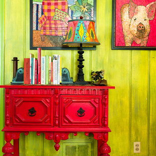 Modelo de recibidores y pasillos de estilo de casa de campo con paredes verdes y suelo de madera en tonos medios