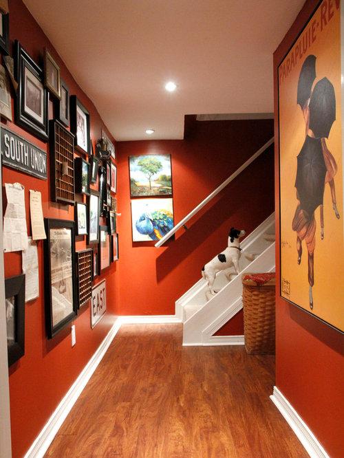 couloir clectique avec un mur rouge photos et id es d co de couloirs. Black Bedroom Furniture Sets. Home Design Ideas