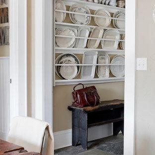 Idee per un ingresso o corridoio shabby-chic style con pareti beige